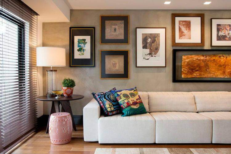 sala com quadros na parede